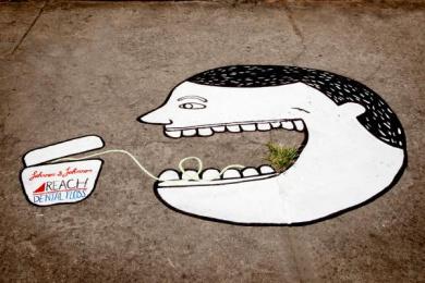 Reach Dental Floss: Grass at sidewalks, 1 Ambient Advert by Mirum Brazil Curitiba