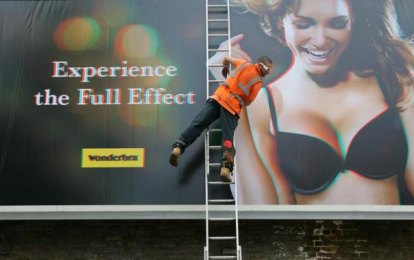 Wonderbra: 3D billboard Outdoor Advert