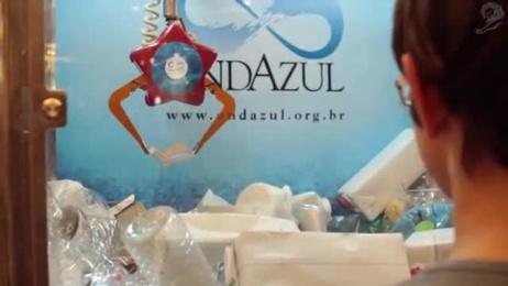 Fundacao Ondazul: ONDAZUL GARBAGE CLAW MACHINE Outdoor Advert by Que Comunicacao